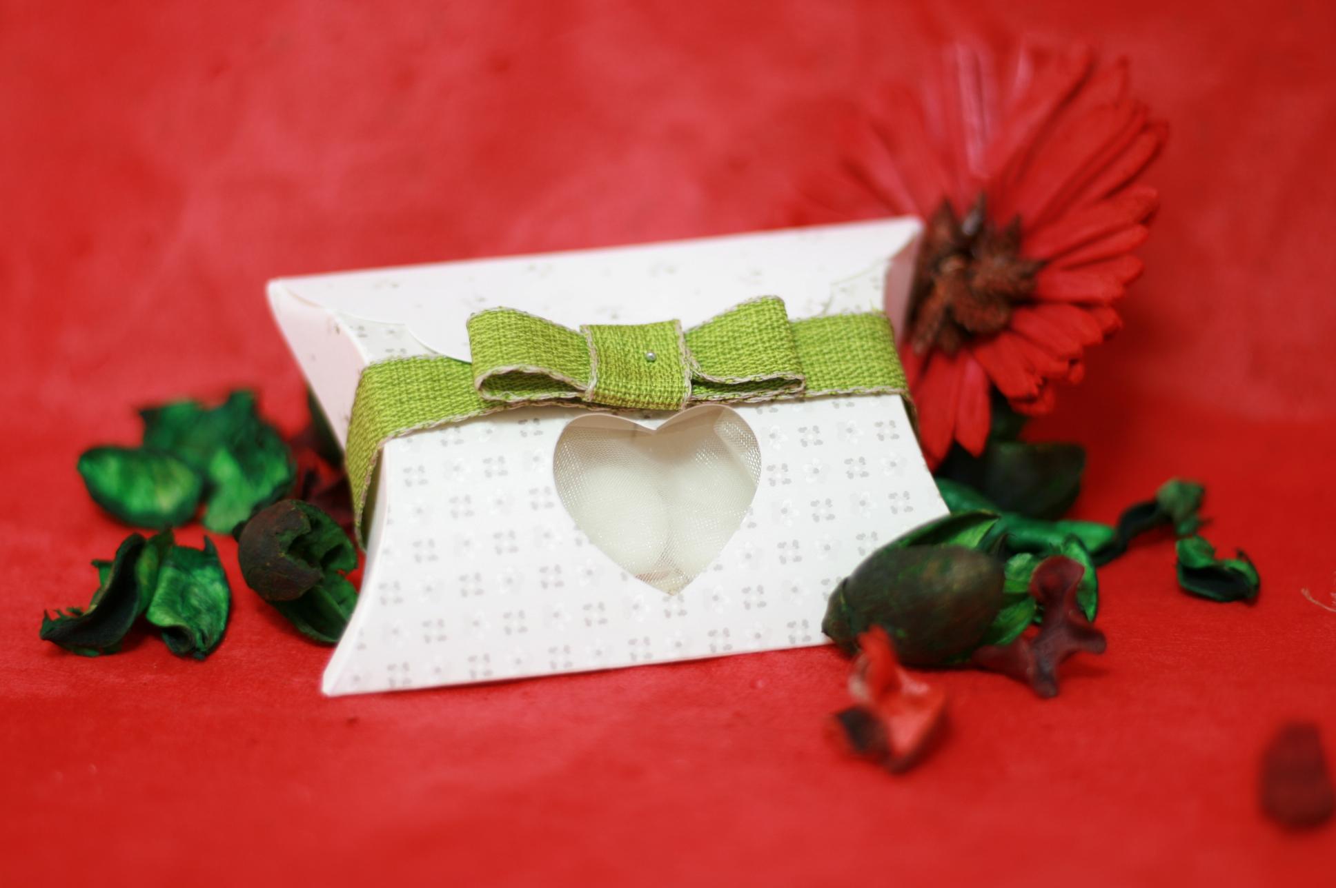 Scatola bianca con cuore + nastro verde